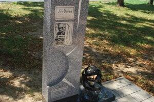 Tvorcom pamätníku je Novomešťan Igor Horňák.
