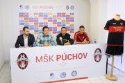 Zľava: Viceprimátor Púchova Lukáš Ranik, manažer mužstva Marek Šimáček, tréner Lukáš Kaplan a kapitán mužstva Patrik Mráz