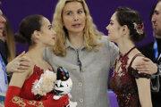 Olympijská šampiónka z Pjongčangu Alina Zagitovová (vľavo) a strieborná Jevgenija Medvedevová s trénerkou Eteri Tutberidze na ZOH 2018.
