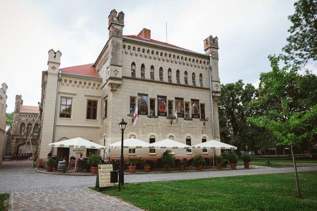 Terasa pôvabnej kaviarne v priestoroch neogotického kaštieľa Esterházyovcov - Esterházy Galanta Wine and Coffee, Galanta