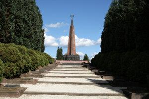 Cintorínu dominuje 15 metrov vysoký pylón, ktorý z príspevkov štátu a mesta  obnovili v roku 2004.