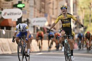 Wout van Aert sa teší z triumfu na Miláno - San Remo 2020.