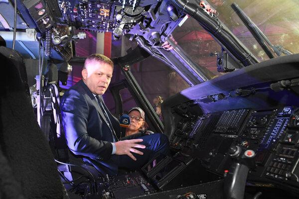 Na otvorení Slovak Training Academy si vo vrtuľníku zapózoval aj vtedajší premiér Robert Fico (Smer).