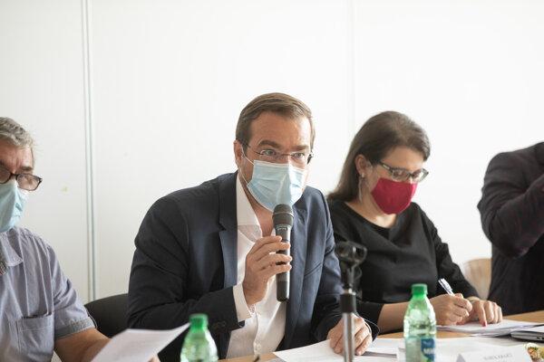 Minister zdravotníctva Marek Krajčí (OĽaNO) a štátna tajomníčka ministerstva zdravotníctva Jana Jažíková počas zasadnutia Pandemickej komisie.