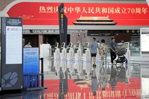 Cestujúci sú v odletovej hale nového medzinárodného letiska Peking Ta-sing