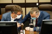 Podpredseda vlády pre legislatívu a strategické plánovanie Štefan Holý a minister práce Milan Krajniak počas dnešného rokovania vlády.