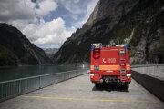 Švajčiarski hasiči pri mieste tragického incidentu španielskych turistov v oblasti rokliny Parlitobel.