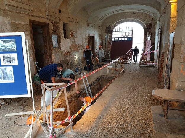 Na snímke sonda vykopaná v rámci archeologického výskumu v dúfarte, teda krytej vstupnej chodbe coburgovského kaštieľa v Jelšave.