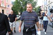 Spevák kapely Krátky proces Rastislav Rogel odchádza z budovy Špecializovaného trestného súdu.