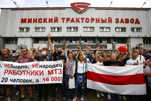 Protest v továrni na traktory v Minsku.