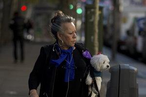 Žena kráča po ulici v Madride, známej aj ako Zlatá míľa.