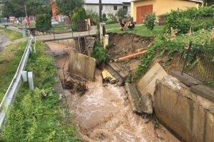 Voda rýchlo prišla, aj opadla. Zničená regulácia potoka v Milpoši.