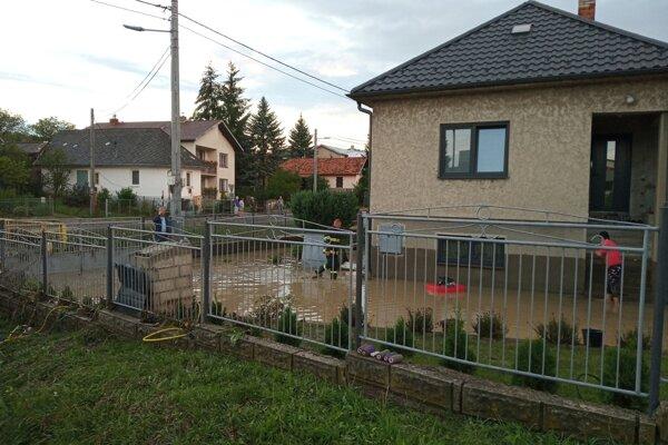 Voda z Kudlovského potoka zaplavila pivnice a záhrady rodinných domov.