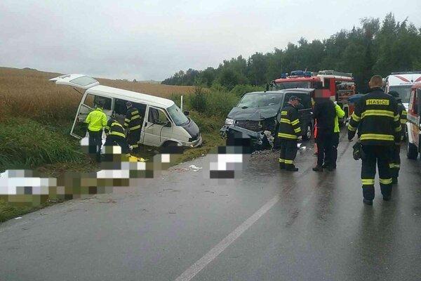 Tragická zrážka dvoch vozidiel pri Liptovskom Trnovci si vyžiadala päť obetí.