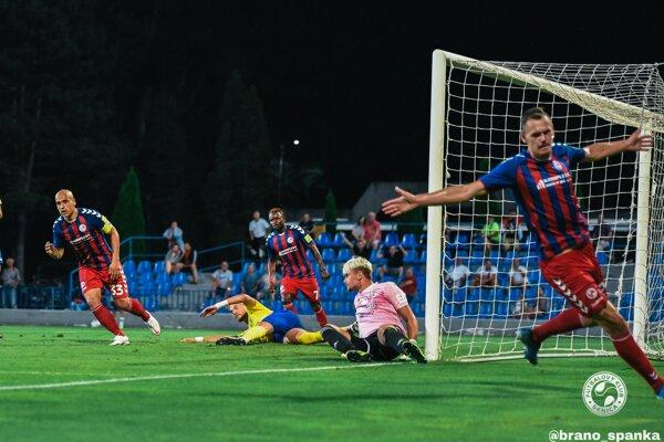 Tomáš Malec (vpravo) si v druhom zápase za Senicu otvoril strelecký účet.