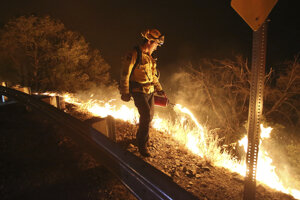 Hasenie požiaru v oblasti Yuba River Canyon v Kalifornii.
