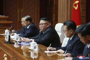 Severokórejský vodca Kim Čong-un (uprostred) na zasadnutí politbyra vládnucej strany.