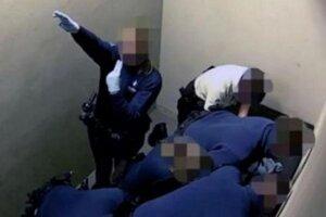 Policajtka pri zásahu v letiskovej cele.