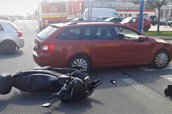 Zrážka auta a motorky na križovatke Dunajská, Moldavská, Idanská.