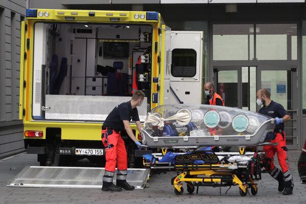 Sanitári sa vracajú s prázdnym vozíkom, na ktorom previezli ruského opozičného politika Navaľného do nemocnice Charité v Berlíne.