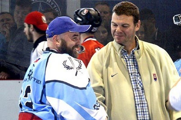 Zľava manažér Rytierov Stano Petrík a Jozef Stümpel, šéf Slovenskej hokejbalovej únie.