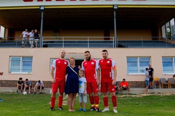 Vo včerajšom zápase za Čachtice nastúpili traja bratia Trebatický. Martin (druhý sprava) v piatok vstúpil do stavu manželského.