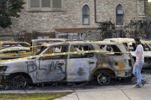 Počas protestov zhorelo aj niekoľko áut.