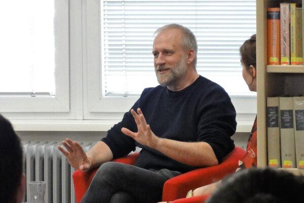 Peter Bebjak počas besedy so študentami stredných škôl vTopoľčianskej knižnici.