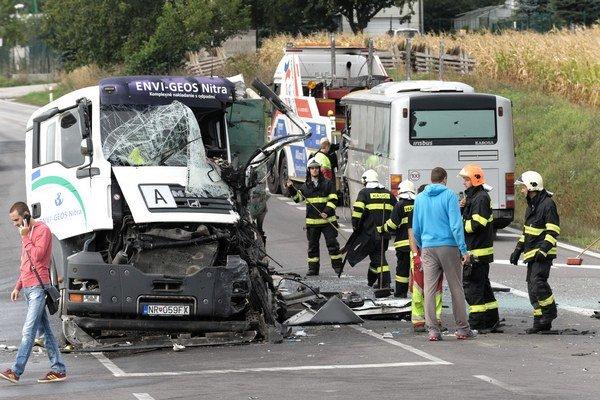 Nehoda sa stala na Cabajskej ceste. Kamión vychádzajúci z R1 narazil do autobusu, ktorý odhodilo do stojaceho kamiónu.