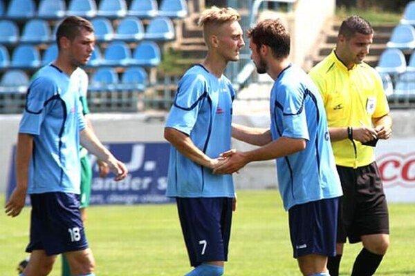 Skóre zápasu Nitra jun. - Dvory n/Ž. otváral Matúš Bartošek (v strede), ale nakoniec vyhrali hostia 3:2.
