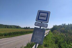Autobusová zastávka pri už existujúcej farme v Stagnóci, asi tri kilometre od Kolárova a pár stoviek metrov od osady Lohot.