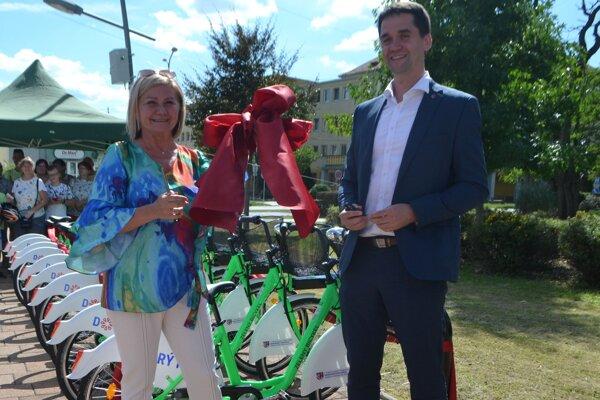Projekt, z ktorého majú v Novohrade veľkú radosť. Od štvrtka 27. 8. jazdia po Lučenci zelené bicykle.