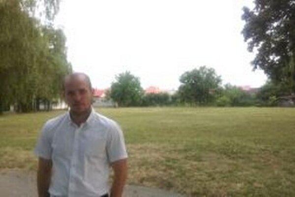 Poslanec Michal Cimmermann pred pozemkom, na ktorom by mal vzniknúť rekreačný komplex.