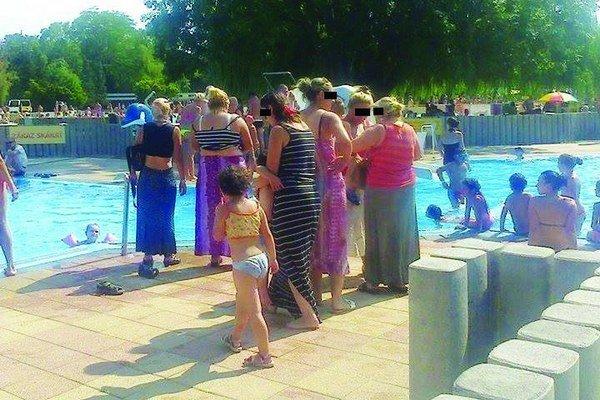 Niektoré ženy vošli do bazéna v šatách alebo v spodnej bielizni.