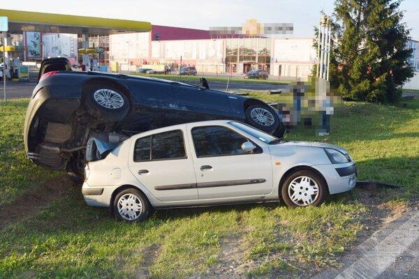 Jedno auto skončilo na streche toho druhého.