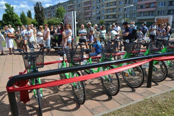 Zdieľané bicykle sú v Lučenci v prevádzke len pár dní, no už na nich zanechali svoj rukopis nedisciplinovaní ľudia.