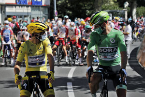 Peter Sagan (zelený dres) a Julian Alaphilippe (žltý dres) pred 5. etapou na Tour de France 2020.