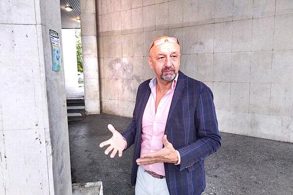 Jozef Javorský (Smer) - jeden zo starostov, ktorý sa dovnútra ani nedostal.