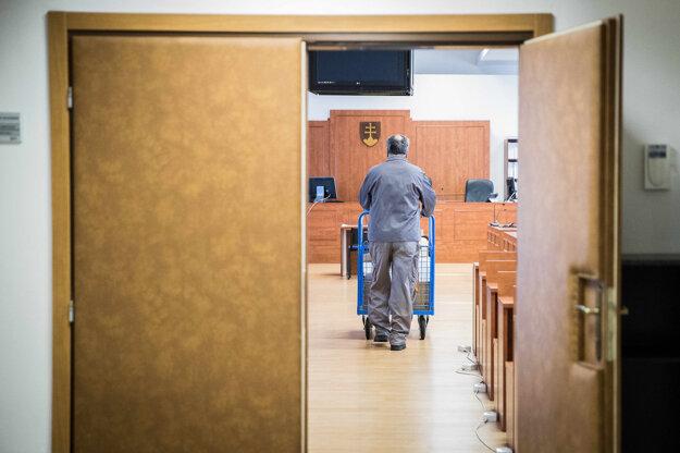 Pracovníci súdu priviezli do pojednávacej miestnosti súdny spis a dôkazy.
