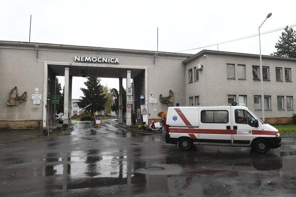 Nemocnica s Nemocnica s poliklinikou NsP Prievidza so sídlom v Bojniciach.