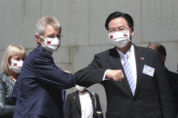 Predseda českého Senátu (hornej komory parlamentu) Miloš Vystrčil a minister zahraničných vecí Joseph Wu.