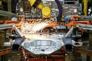 Medziročný pokles investičného dopytu bol výsledkom najmä nižších investícií do strojov a zariadení, zbraňových systémov a do ostatných strojov a zariadení.