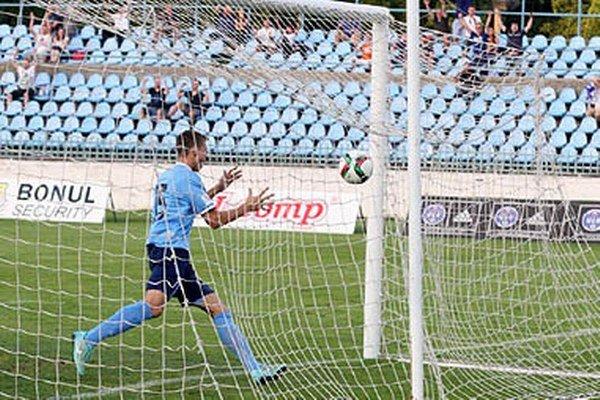 Andrej Ivančík sa teší z jediného gólu. V pozadí dvíhajú ruky fanúšikovia v hľadisku.