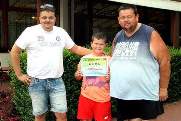 Vpravo Igor Tkáč zo Serede so synom Jakubom, blahoželal im Marek Farkaš zo spoločnosti Goal Travel.