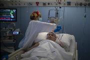 Sestra v Španielsku sa stará o pacienta nakazeného koronavírusom.