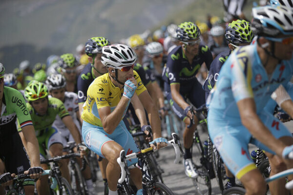 Vincenzo Nibali sa občerstvuje počas Tour de France v roku 2014.