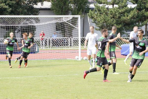 Ivanko Macej (vľavo vzadu) vyrovnáva na 2:2 a zápas ide do finále. Momentka z duelu Slávia TU Košice - Prešov.