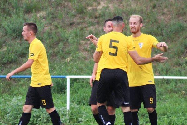 Veľké Zálužie porazilo Lapáš 5:3, dva góly strelil Michal Andrášik (vpravo).