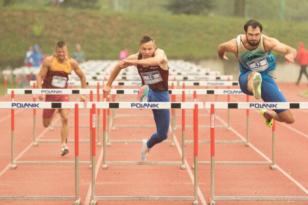 Matej Baluch (v strede) vyhral na Letnej univerziáde 2020 až tri disciplíny.