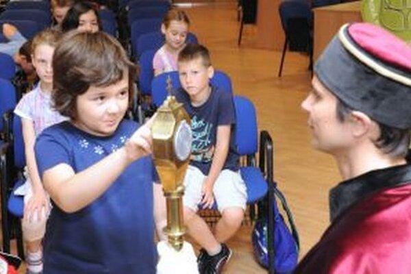 Deti skladajú imatrikulačný sľub na Slovenskej poľnohospodárskej univerzite.